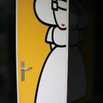 WCmeisje op de deur geplakt